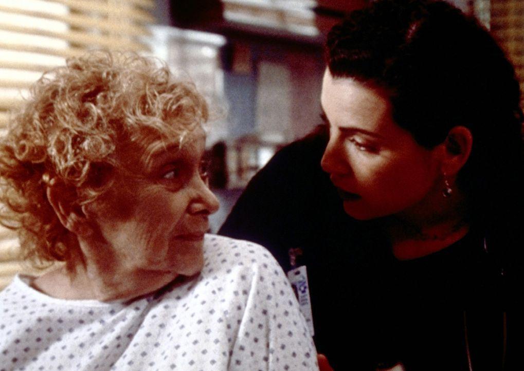 Hathaway (Julianna Margulies, r.) kümmert sich um Mrs. Reilly (Erica John, l.), die das Opfer einer Vergewaltigung geworden ist. - Bildquelle: TM+  2000 WARNER BROS.
