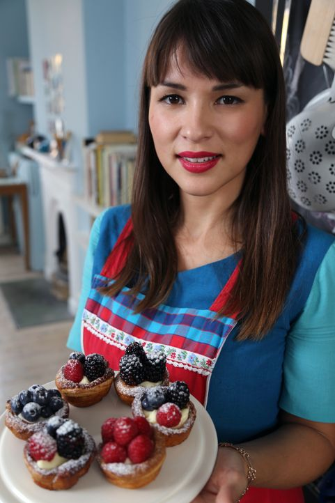 Zum Nachtisch serviert Rachel Khoo Beerentörtchen mit gefrorener Frischkäsefüllung ... - Bildquelle: Richard Hill BBC 2013