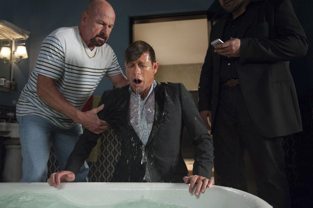 Bei seinen Ermittlungen gerät er selbst in große Gefahr: Jane (Simon Baker, M.) ... - Bildquelle: Warner Bros. Television