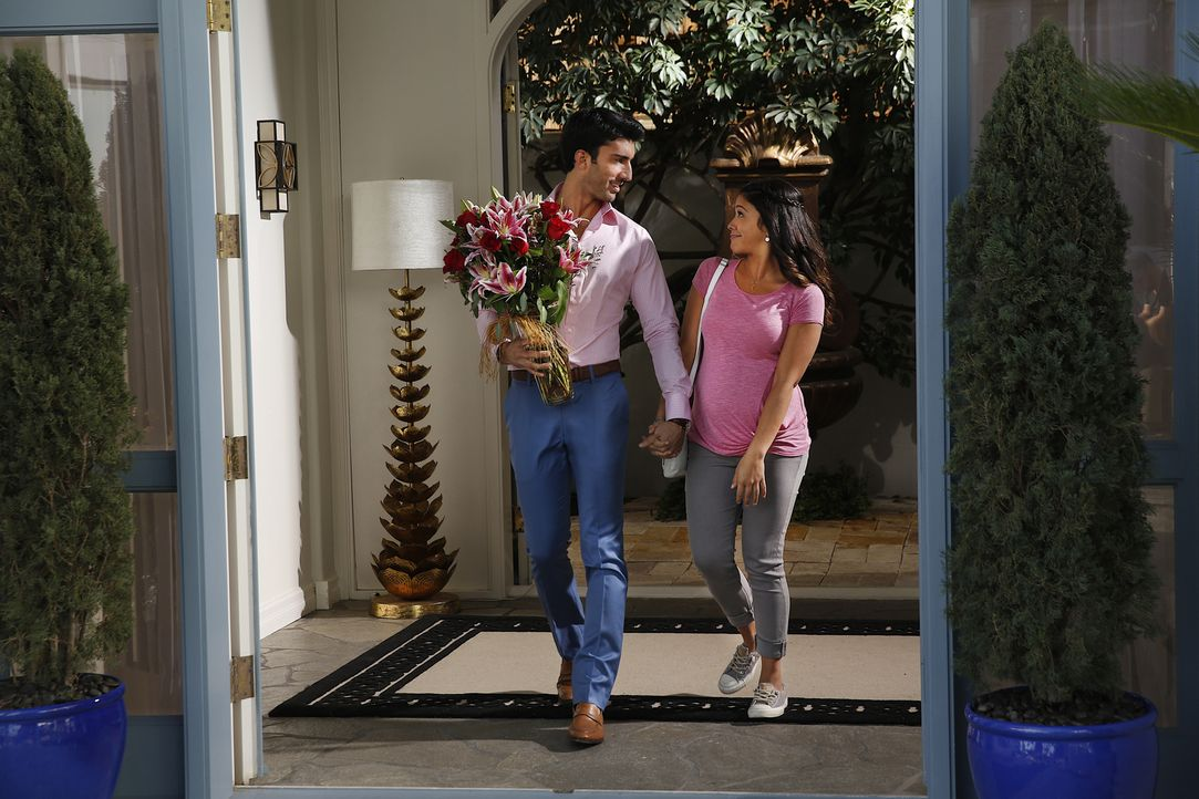 Als eine Krise im Hotel Rafael (Justin Baldoni, l.) überfordert, macht sich Jane (Gina Rodriguez, r.) große Sorgen, dass er vielleicht doch nicht de... - Bildquelle: 2014 The CW Network, LLC. All rights reserved.