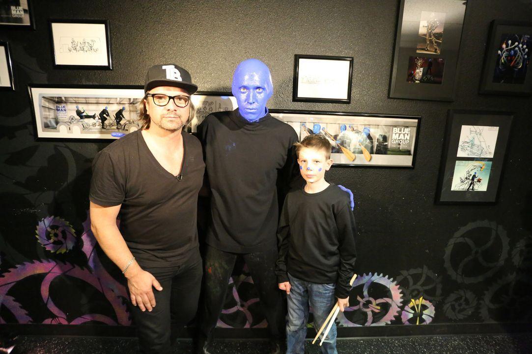 """Henning Wehland (l.) erfüllt Tim (r.) einen großen Wunsch: er darf bei der """"Blue Man Group"""" mitauftreten ... - Bildquelle: SAT.1"""