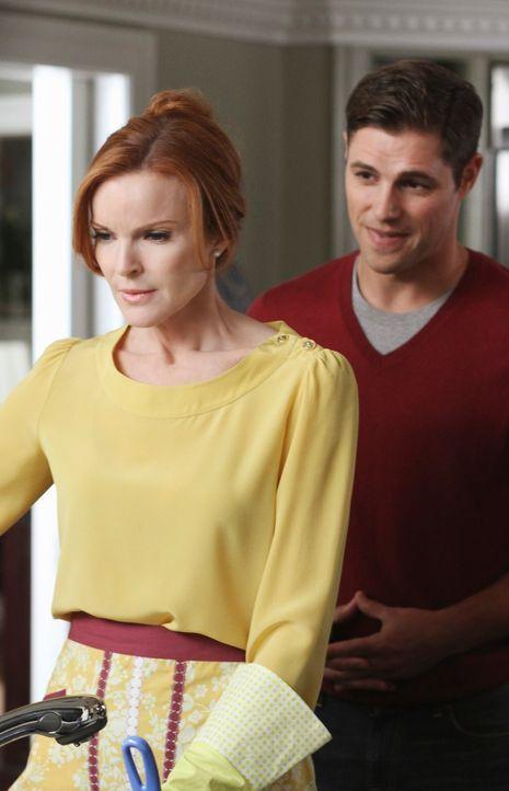 Bree (Marcia Cross, l.) steht vor einem Problem: Sam (Sam Page, r.) erpresst sie und verlangt die Überschreibung von ihrem Unternehmen auf sich. Was... - Bildquelle: ABC Studios