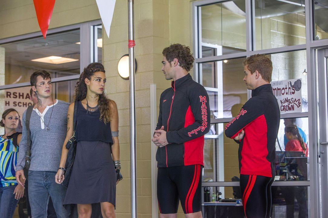Wie werden Roman (Matt Lanter, l.), Teri (Chelsea Gilligan, 2.v.l.), Grayson (Grey Damon, 2.v.r.) und Eric (Jesse Luken, r.) reagieren, als sich Sop... - Bildquelle: 2014 The CW Network, LLC. All rights reserved.