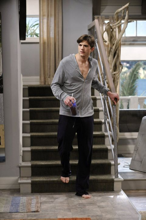 Hat eine schlechte Nachricht für Alan: Walden (Ashton Kutcher) ... - Bildquelle: Warner Brothers Entertainment Inc.