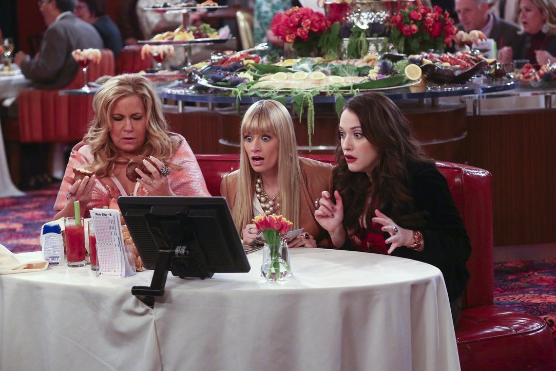 Als Caroline (Beth Behrs, M.), Max (Kat Dennings, r.) und Sophie (Jennifer Coolidge, l.) zur Pferderennbahn eingeladen werden, geht das Glücksspiel-... - Bildquelle: Warner Bros. Television