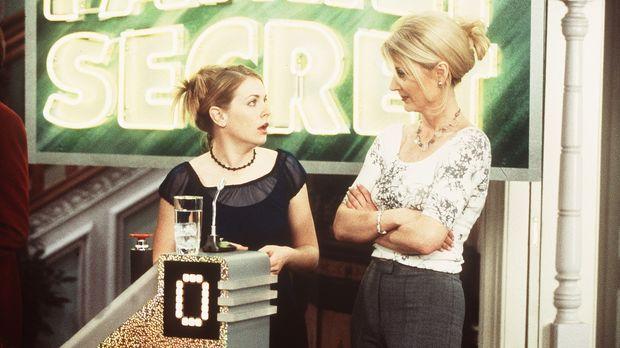 Tante Zelda (Beth Broderick, r.) taucht in der Game-Show auf, um Sabrina (Mel...