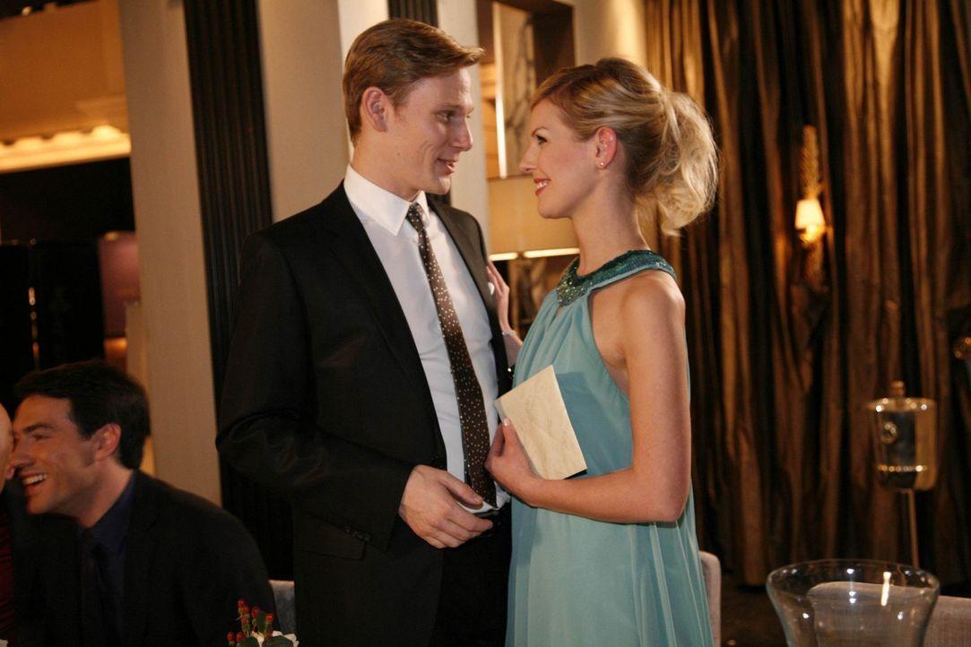 """Während Manu plant, das """"Aden"""" zu verlassen, präsentiert sich Philip (Philipp Romann, l.) bei Alexandra (Ivonne Schönherr, r.) als guter Gastgebe... - Bildquelle: SAT.1"""