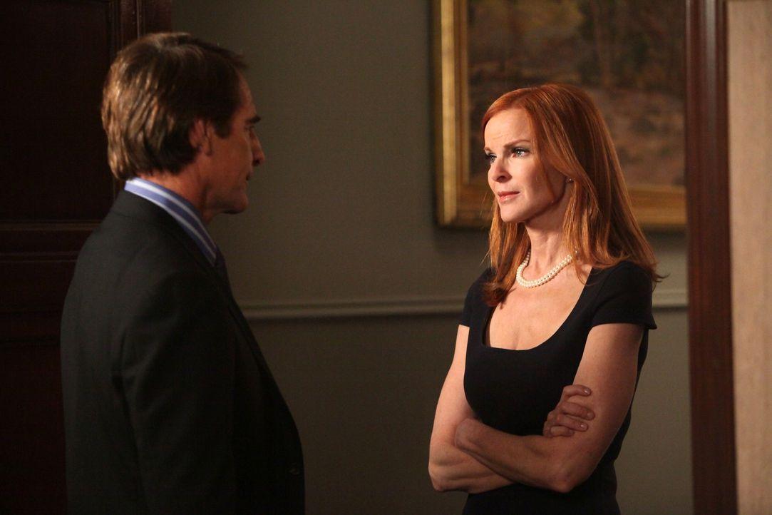 Ausgerechnet jetzt, als ihr Mordprozess beginnt, muss Bree (Marcia Cross, r.) erkennen, dass sie mehr als nur geschäftlich an ihrem Anwalt Trip West... - Bildquelle: ABC Studios