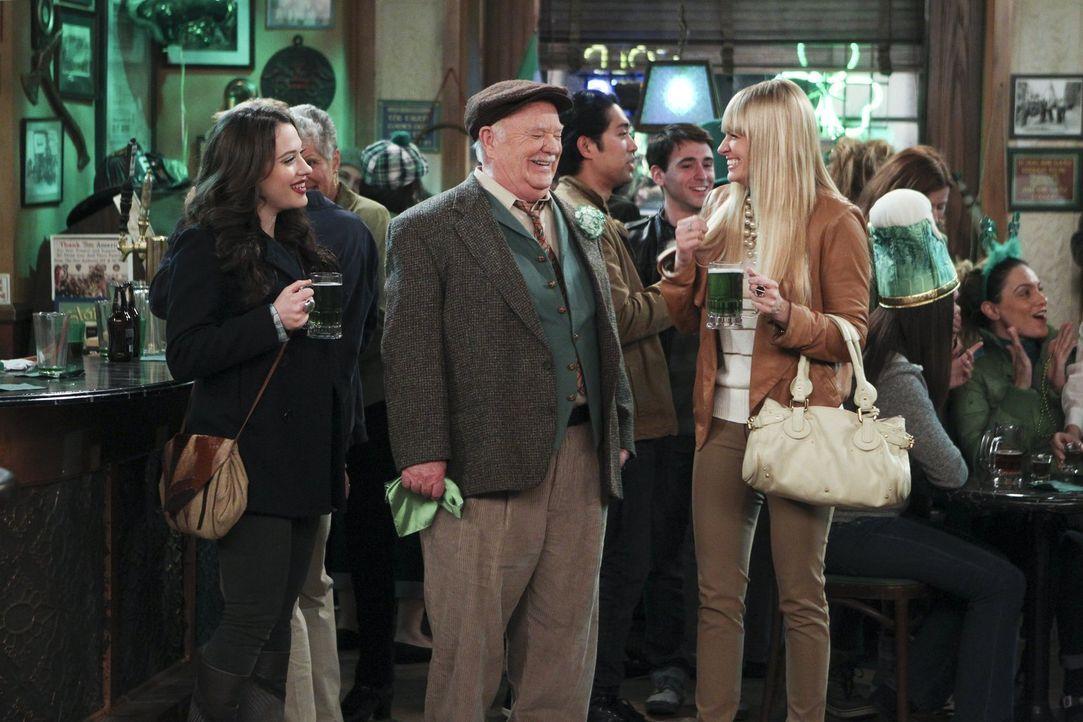 Erleben einen ganz besonderen St. Patrick's Day: Max (Kat Dennings, l.), Caroline (Beth Behrs, r.) und Blarney Bill (Brian Doyle-Murray, M.) ... - Bildquelle: Warner Bros. Television
