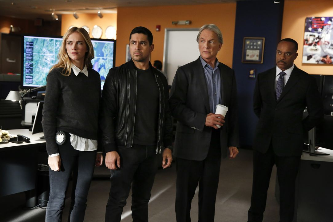 Eine seltsame Stimme führt eine Joggerin zu einer Leiche im Wald, doch das NCIS-Team (v.l.n.r.: Emily Wickersham, Wilmer Valderrama, Mark Harmon und... - Bildquelle: Cliff Lipson 2017 CBS Broadcasting, Inc. All Rights Reserved.