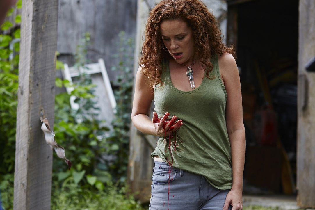 Im Kampf gegen Aleister wird Bridget (Angela Besharah) lebensgefährlich verletzt ... - Bildquelle: 2015 She-Wolf Season 2 Productions Inc.