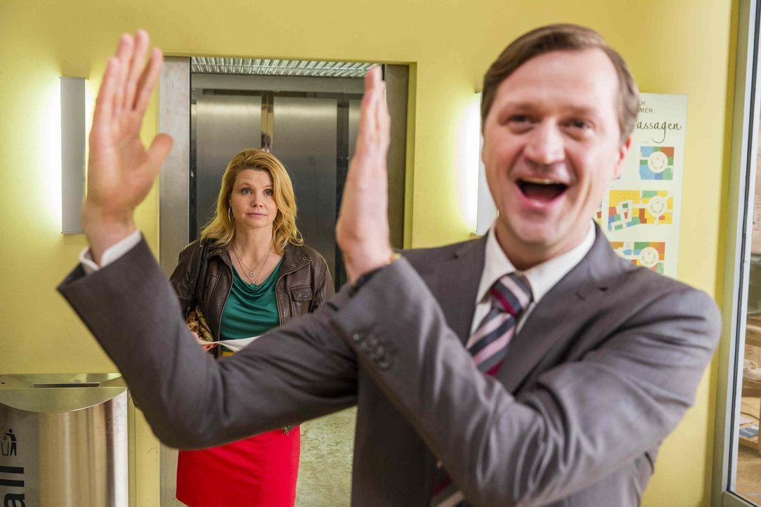 Danni (Annette Frier, l.) hat es gerade nicht leicht. Sie muss Olli vertreten, der von einer Kollegin sexuelle Belästigung am Arbeitsplatz vorgeworf... - Bildquelle: Frank Dicks SAT.1
