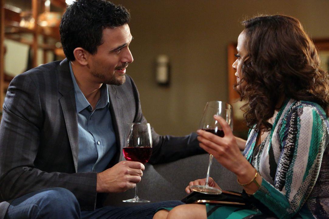 Während Zoila (Judy Reyes, r.) ihre Zeit mit Javier (Ivan Hernandez, l.) genießt, versucht Remi verzweifelt, Valentinas Aufmerksamkeit zu bekommen .... - Bildquelle: 2014 ABC Studios