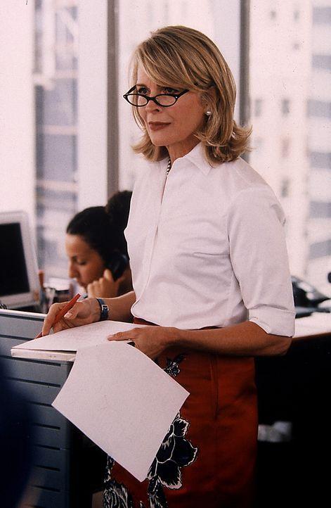 """Als freischaffende Journalistin arbeitet Carrie jetzt für die """"Vogue"""". Ihr erster Artikel wird jedoch von der unfreundlichen Redakteurin Enid (Candi... - Bildquelle: Paramount Pictures"""