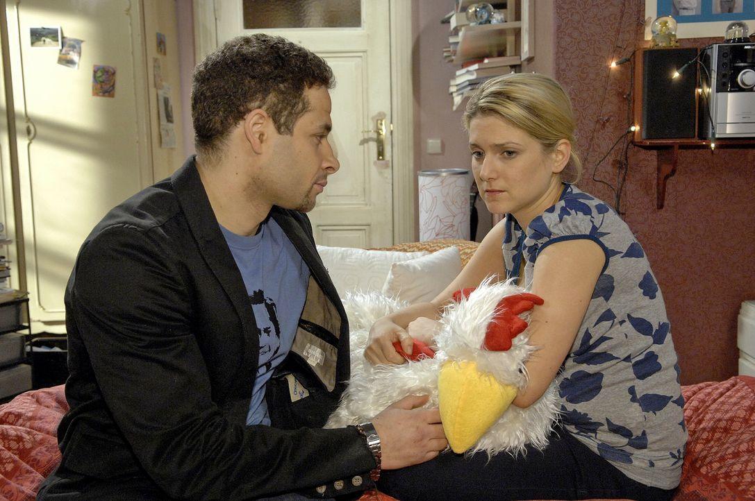 Jannick (Mike Adler, l.) tröstet die völlig verzweifelte Anna (Jeanette Biedermann, r.). - Bildquelle: Claudius Pflug Sat.1