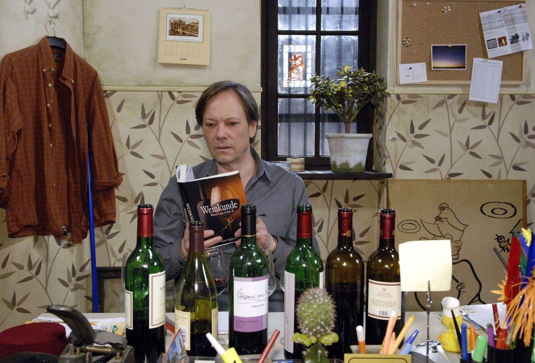 Armin (Rainer Will) bereitet sich angestrengt auf den Wein-Verkaufswettbewerb vor. - Bildquelle: Sat.1