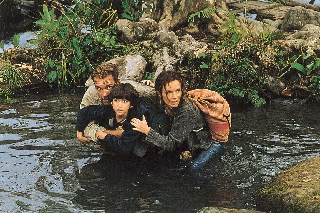 Umgeben von feindlichen Guerilla-Kämpfern: (v.l.n.r.) Gordon Brewer (Arnold Schwarzenegger), Mauro (Tyler Posey) und Selena (Francesca Neri) ... - Bildquelle: Warner Bros.