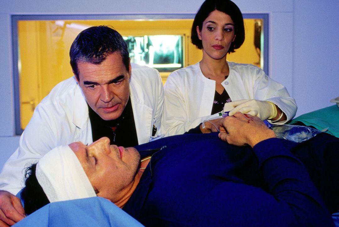 Als der Polizist Martin Ranklebe (Ralf Möller, v.) mit einem Kopfschuss in die Klinik eingeliefert wird, entscheidet Dr. Bolten (Michael Greling, l.... - Bildquelle: Oliver Pflug SAT.1