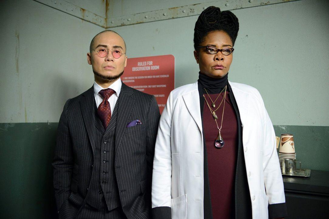 Mit ihnen ist nicht zu spaßen: Hugo Strange (B.D Wong, l.) und Ethel Peabody (Tonya Pinkins, r.) ... - Bildquelle: Warner Brothers