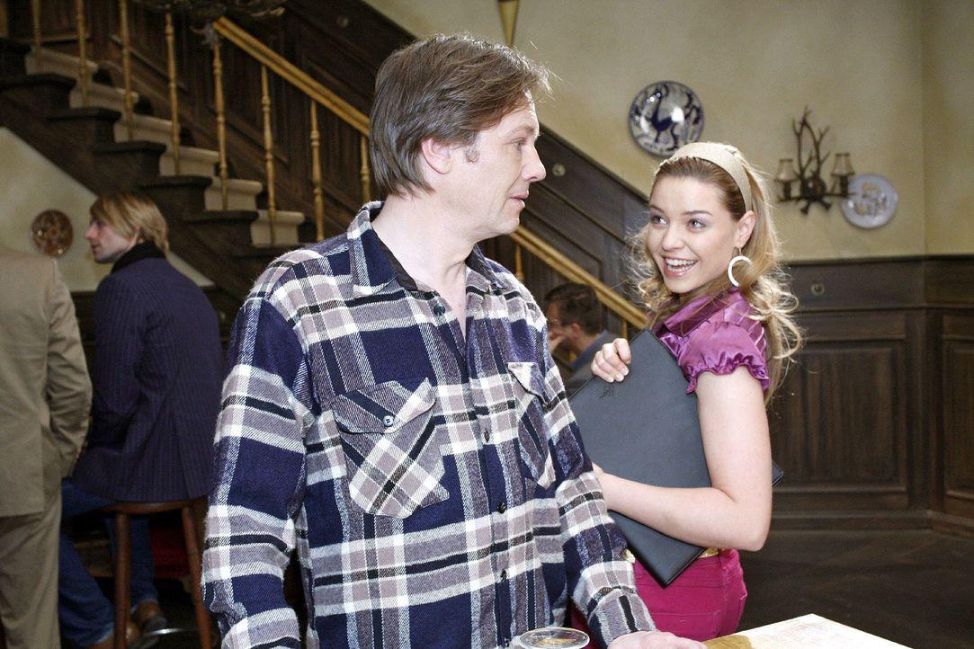 Katja (Karolina Lodyga, r.) verkündet Armin (Rainer Will, l.), dass sie mit Nataschas Hilfe eine große Modelkarriere vor sich haben wird. - Bildquelle: Noreen Flynn Sat.1