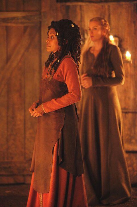 Rückblick: Esther (Alice Evans, r.) will, bittet die Hexe Ayanna (Maria Howell, l.), sie und ihre Familie zu Vampiren zu machen, doch diese weigert... - Bildquelle: Warner Bros. Television