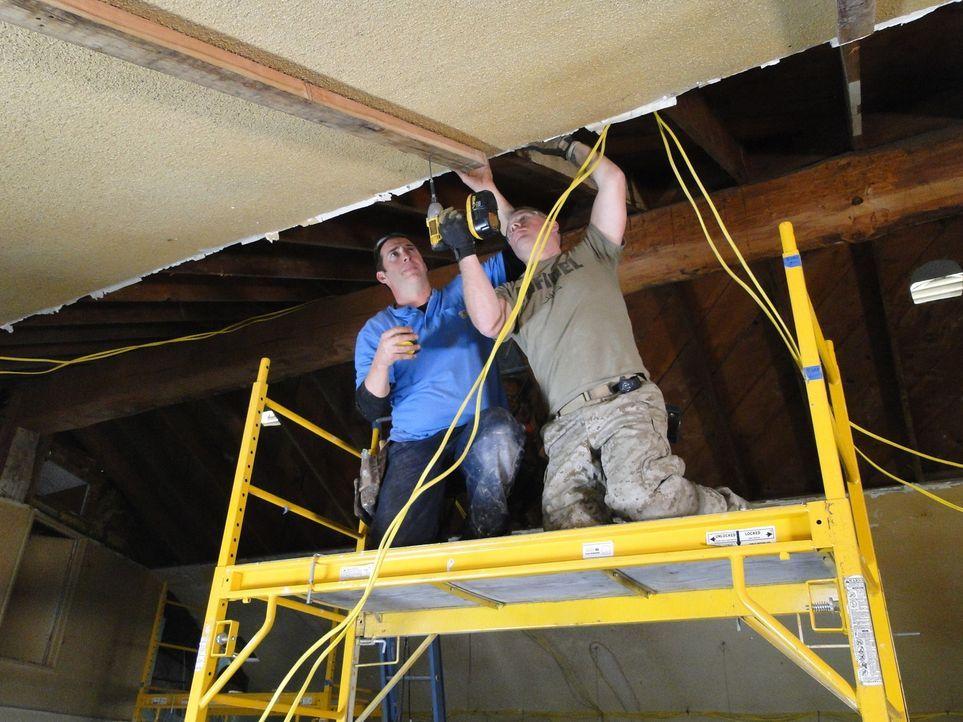 Eine alte, riesige Halle soll renoviert werden - und zwar in nur drei Tagen. Ob Bauunternehmer Josh Temple (l.) und sein Team das schaffen werden? - Bildquelle: 2012, DIY Network/Scripps Networks, LLC.  All Rights Reserved