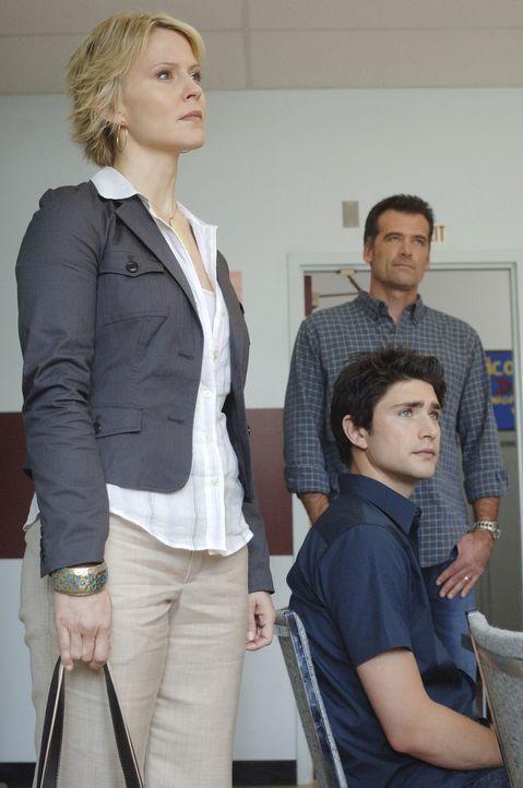Damit sich Kyles (Matt Dallas, M.) Leben ein wenig normalisiert, wird er an der Highschool angemeldet. Nicole (Marguerite MacIntyre, l.) und Stephen... - Bildquelle: TOUCHSTONE TELEVISION