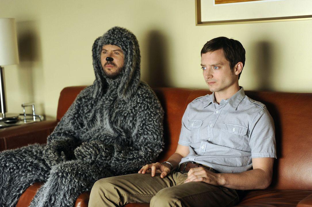 Wilfred (Jason Gann, l.) schlägt Ryan (Elijah Wood, r.) vor, einen Autounfall vorzutäuschen, um an Geld zu kommen. Ob der Plan aufgeht? - Bildquelle: 2011 FX Networks, LLC. All rights reserved.