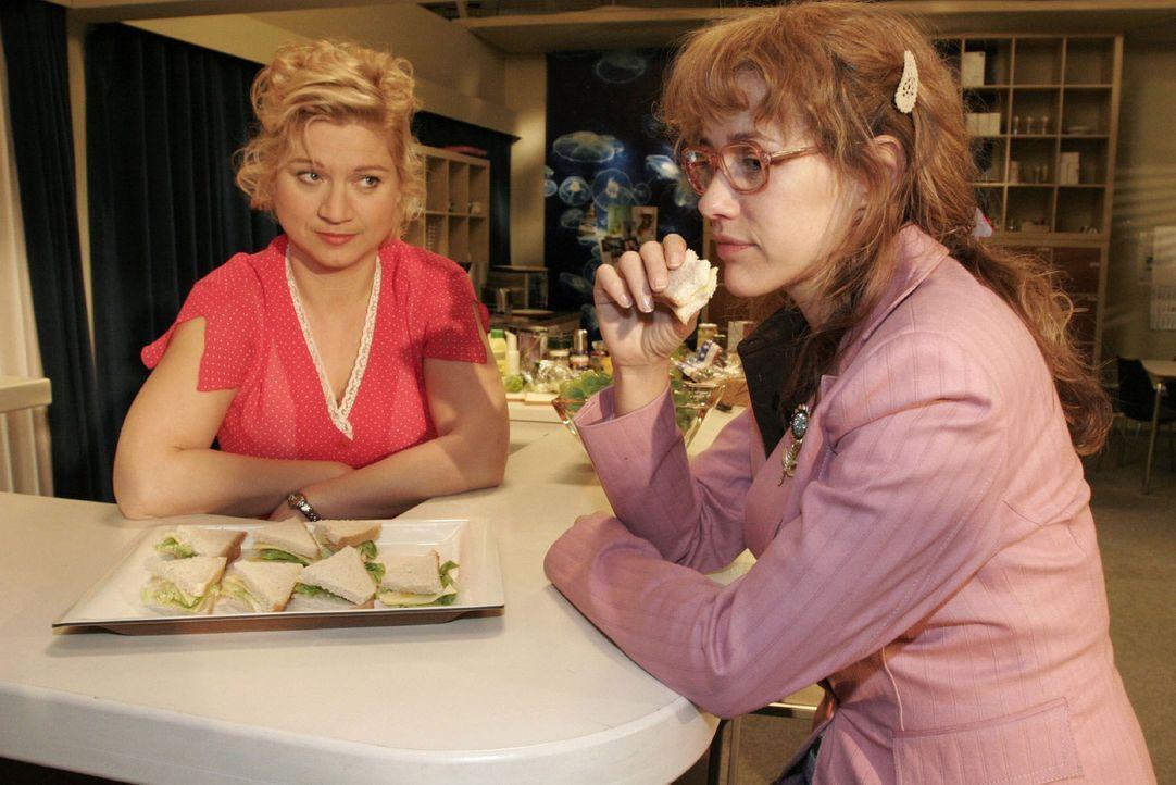 Im Gegensatz zu Agnes (Susanne Szell, l.), die ihren letzten Tag hat, kann Lisa (Alexandra Neldel, r.) sich ein Leben ohne Kerima Moda nicht mehr vo... - Bildquelle: Noreen Flynn Sat.1