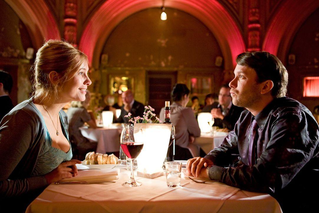 Der unerfahrene Günther (Christian Ulmen, r.) führt seine Susanne (Nadja Uhl, l.) in ein schickes Restaurant aus. Noch weiß er nicht, was sie sich n... - Bildquelle: Conny Klein Warner Bros.