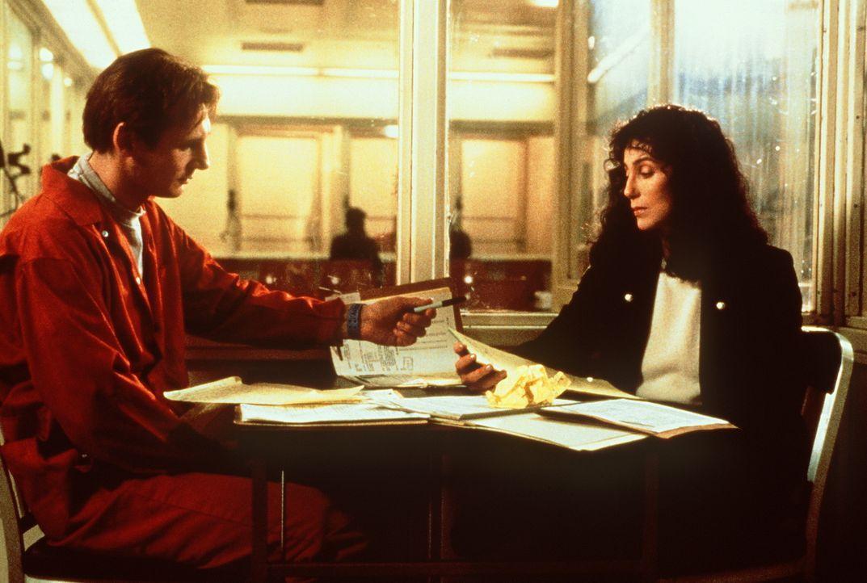Carl Wayne Anderson (Liam Neeson, l.) wird beschuldigt, einen brutalen Mord begangen zu haben. Die Pflichtverteidigerin Kathleen Riley (Cher, r.) er... - Bildquelle: TriStar Pictures