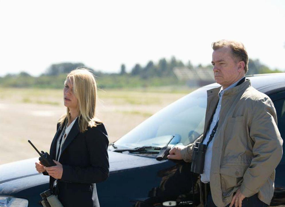 Der Austausch, Saul gegen fünf Top-Taliban-Terroristen, steht bevor: Carrie (Claire Danes, l.) und Redmond (Michael O'Keefe, r.) ... - Bildquelle: Homeland   2014 Twentieth Century Fox Film Corporation