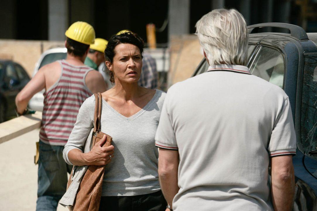 Als Richard (Christoph M. Ohrt, r.) erfährt, dass seine Noch-Ehefrau Silke (Ulrike Folkerts, l.) schwanger von einem 25-Jährigen ist, reagiert er... - Bildquelle: Sat.1