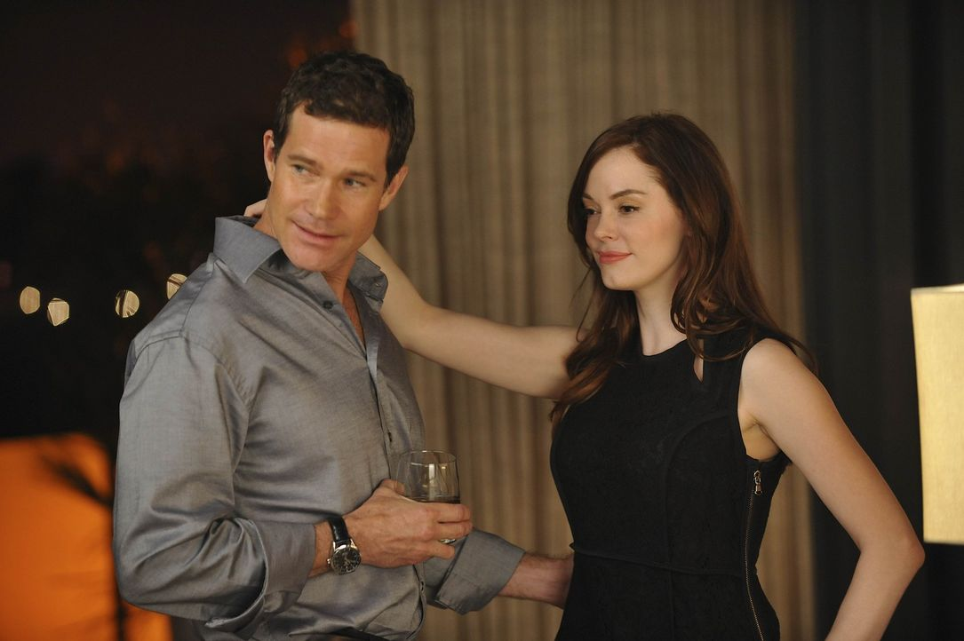 Während Sean (Dylan Walsh, l.) Besuch von seiner Tochter Annie bekommt, wird Teddy (Rose McGowan, r.) von einer neuer Patienten an ihre Vergangenhe... - Bildquelle: Warner Bros. Entertainment Inc. All Rights Reserved.