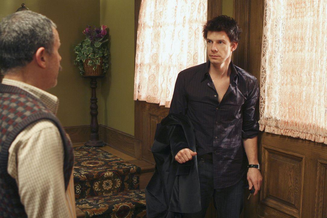 Nachdem Daniel (Eric Mabius, r.) fürsorglich von Ignacio (Tony Plana, l.) versorgt wurde, macht er sich wieder auf den Weg nach Hause ... - Bildquelle: Buena Vista International Television