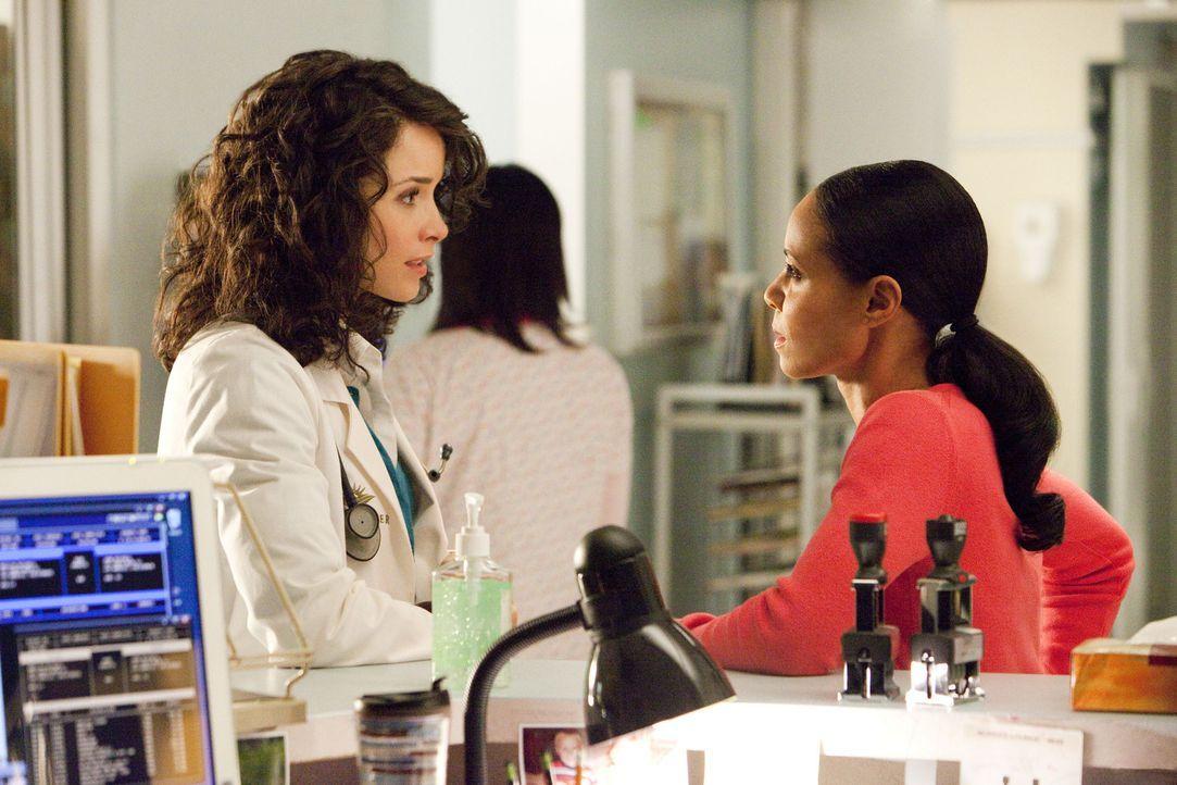 Machen sich Sorgen um Tom: Christina (Jada Pinkett Smith, r.) und Dr. Erin Jameson (Abigail Spencer, l.)... - Bildquelle: Sony 2009 CPT Holdings, Inc. All Rights Reserved