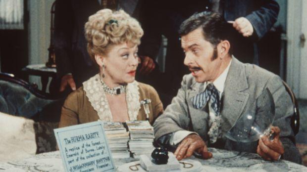 Clementine Hawkins (Beatrice Kay, l.) ahnt nicht, dass der Verkäufer (Darstel...