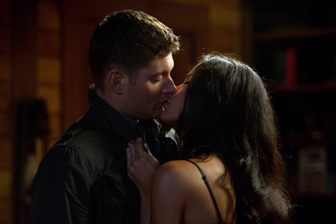 Lässt sich Dean (Jensen Ackles, l.) von Elli (Danay Garcia, r.) verführen? - Bildquelle: Warner Bros. Television