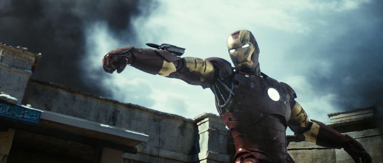 Nachdem der Unternehmer Tony Stark von einer Terrorgruppe überfallen und gefangen genommen wurde, operiert ihn ein Mitgefangener, damit die Metallsp... - Bildquelle: 2008 MVL Film Rinance LLC. All Rights reserved.