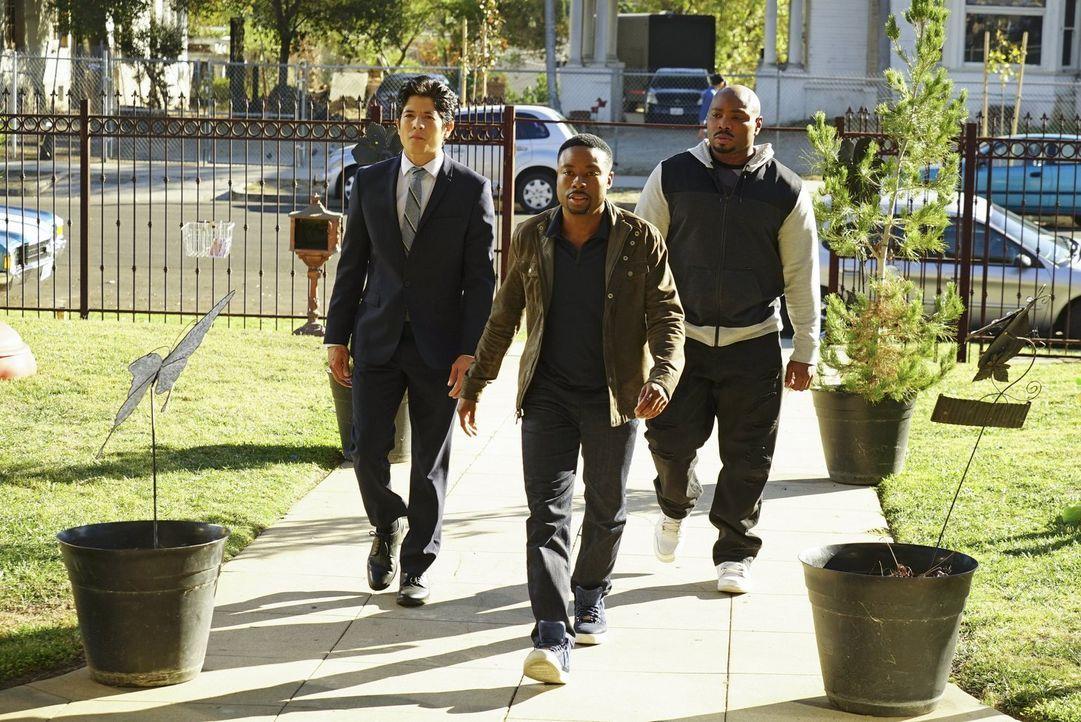 Carter (Justin Hires, M.) und Lee (Jon Foo, l.) müssen in einem neuen Fall ermitteln. Dabei bekommen sie Unterstützung von Gerald (Page Kennedy, r.)... - Bildquelle: Warner Brothers