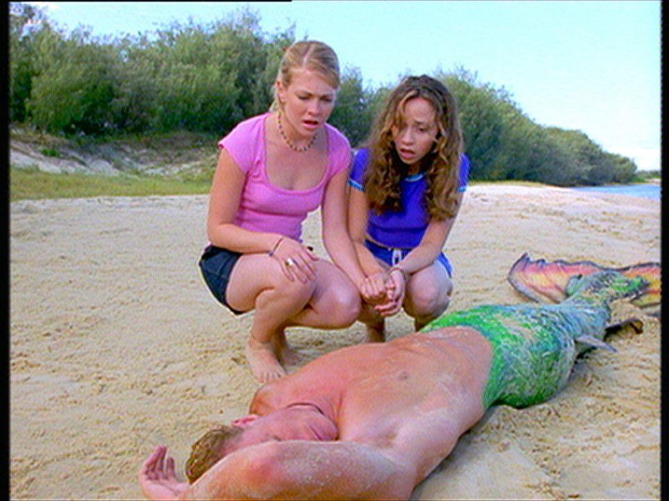 Die zwei Hexen Sabrina (Melissa Joan Hart, l.) und Gwen (Tara Charendoff, r.) finden am Strand den bewusstlosen Meermann Barnaby (Scott Michaelson,... - Bildquelle: American Broadcasting Company (ABC)