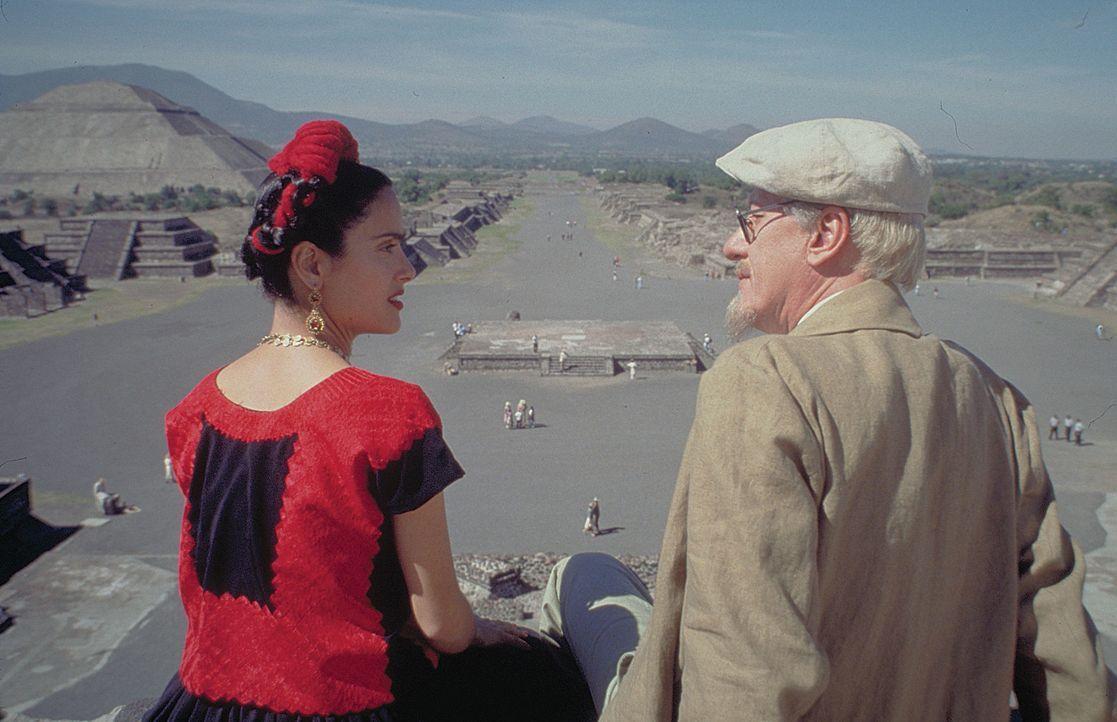 Riveras Eifersucht hindert Kahlo nicht daran, ihre sexuelle Freiheit genauso zu behaupten wie er. Frida (Salma Hayek, l.) und Trotzki (Geoffery Rush... - Bildquelle: Buena Vista International