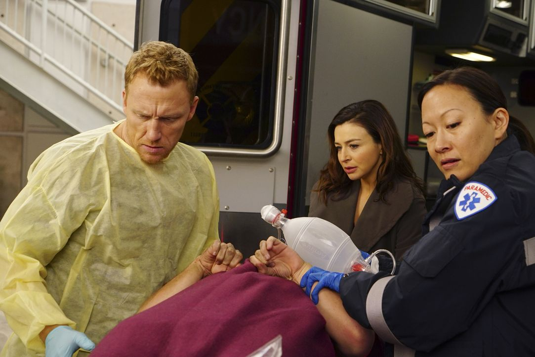 Eigentlich wollte Amelia (Caterina Scorsone, M.) nicht auf Owen (Kevin McKidd, l.) treffen, doch als eine Patientin eingeliefert wird, geht sie ihm... - Bildquelle: Richard Cartwright 2016 American Broadcasting Companies, Inc. All rights reserved.