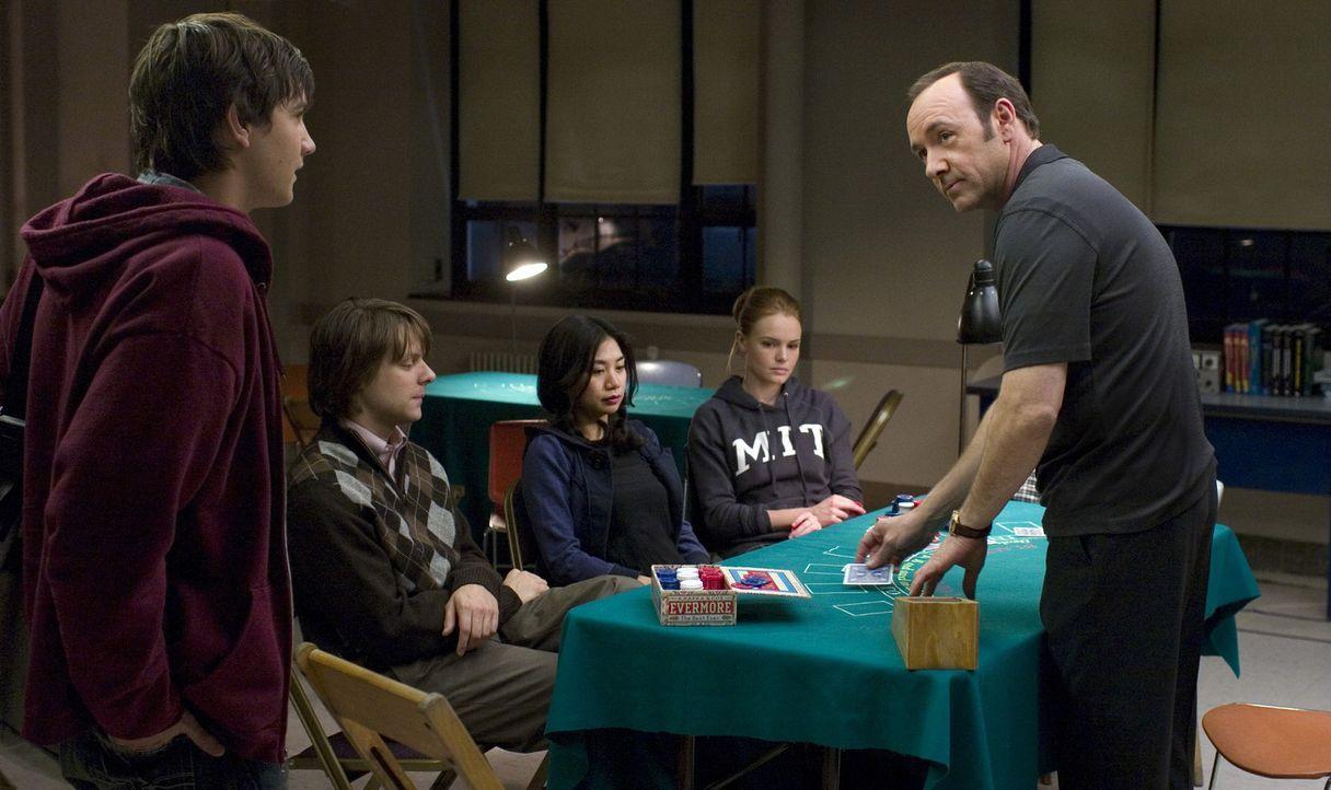 "In seinem ""Blackjack Team"" bildet Professor Mickey Rosa (Kevin Spacey, l.) sechs hochbegabte MIT-Studenten (v. r. n. l. Kate Bosworth, Liza Lapira,... - Bildquelle: CPT Holdings, Inc. All Rights Reserved."