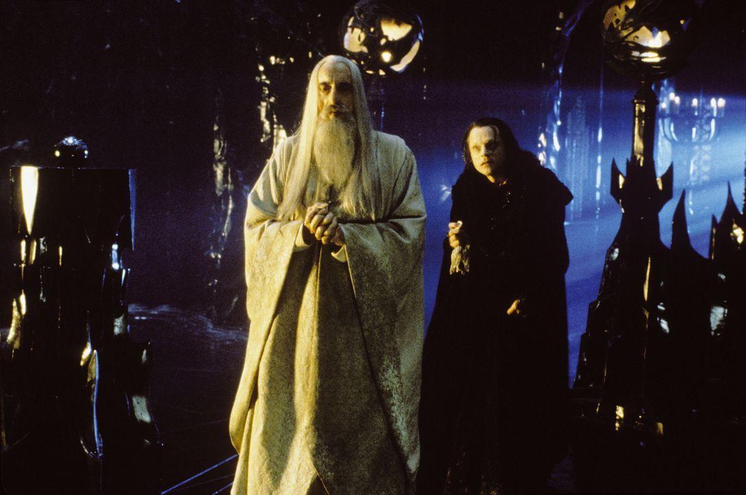 Isengart wird gestürmt - Saruman (Christopher Lee, l.) und Grima Wormtongue (Brad Dourif, r.) können jedoch in Sarumans Turm Orthanc flüchten ... - Bildquelle: Warner Brothers