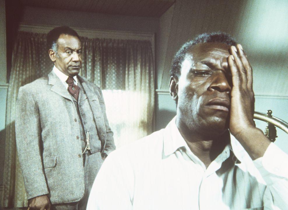 Manager Moody (Raymond St. Jaques, l.) spielt Joe Kagans (Moses Gunn, r.) Augenkrankheit herunter. - Bildquelle: Worldvision