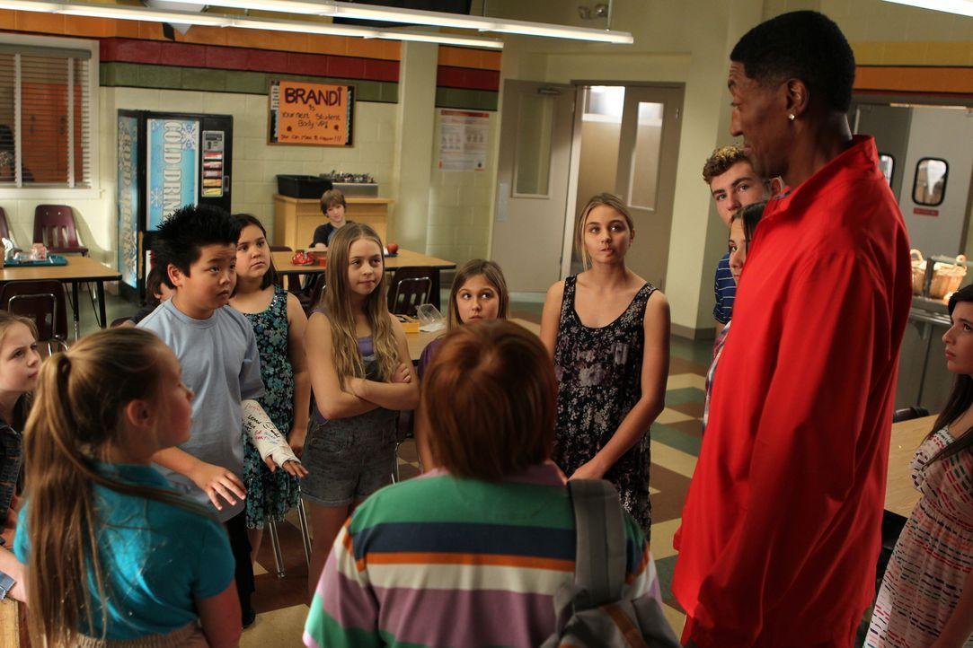 Eddie (Hudson Yang, 3.v.l.) kann es nicht glauben, als er Scottie Pippen (Scottie Pippen, r.) in der Schule antrifft, während Louis eine ganz besond... - Bildquelle: 2015 American Broadcasting Companies. All rights reserved.