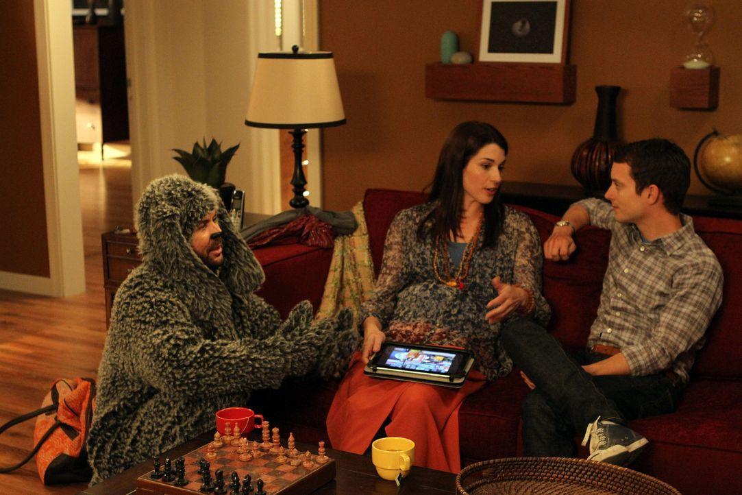 Wilfred (Jason Gann, l.) ist bereits jetzt schon eifersüchtig auf das ungeborene Baby von Kristen (Dorian Brown, l.). Ryan (Elijah Wood, r.), ihr Br... - Bildquelle: 2011 FX Networks, LLC. All rights reserved.