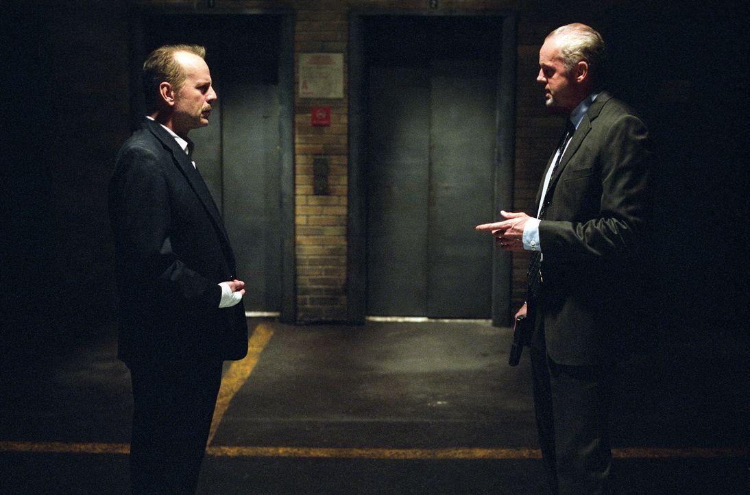 Der Polizist Jack Mosley (Bruce Willis, l.) soll den Ganoven Eddie Bunker vom Revier zum Gericht bringen. Das aber möchte sein Kollege Detective Fr... - Bildquelle: Nu Image