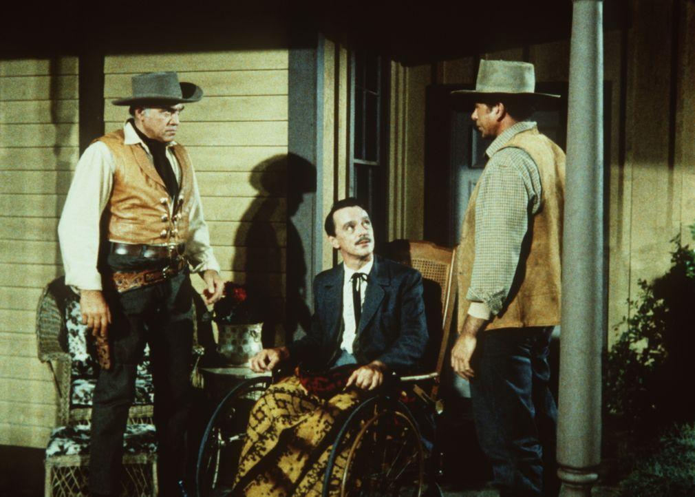 Der berechnende Vorarbeiter Ezekiel (Claude Akins, r.) versucht seinen Boss Tom Edwards (Harry Townes, M.), gegen Ben Cartwright (Lorne Greene, l.)... - Bildquelle: Paramount Pictures